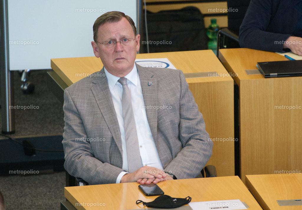 Bodo Ramelow blickt gequält im Landtag während er bei der Fraktion der Linken sitzt (2)