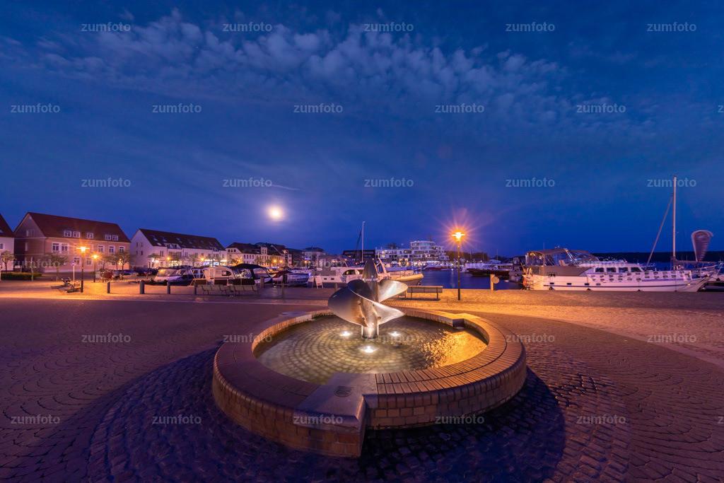 0-180429_2126-0089 | --Dateigröße 6720 x 4480 Pixel-- Nachtaufnahme im Stadthafen von Waren (Müritz) mit Brunnen im Vordergrund
