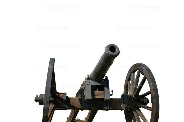Eine freigestellte alte Kanone vor dem weißen Hintergrund