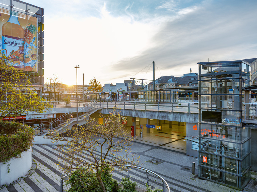 Sonnenaufgang am Ostwestfalen-Platz am Hauptbahnhof   Sonnenaufgang am Ostwestfalen-Platz am Hauptbahnhof Bielefeld.