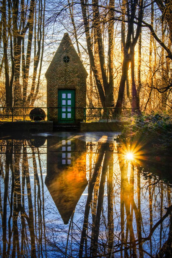 The Pump House   Pumphaus am Westensee in der winterlichen Morgensonne.
