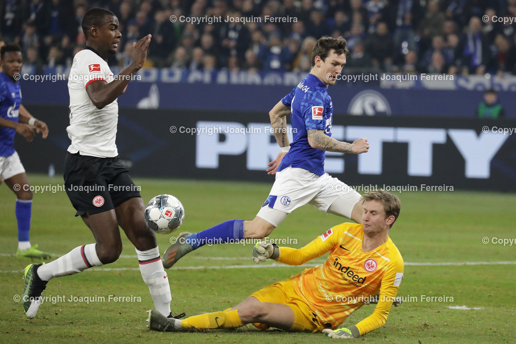191215_schvssge_0067 | 15.12.2019 Fussball 1.Bundesliga, FC Schalke 04 - Eintracht Frankfurt  emspor  v.l.,  Evan Ndicka (Eintracht Frankfurt), Benito Raman (FC Schalke 04), goalkeeper, torwart Frederik Rönnow (Eintracht Frankfurt)   (DFL/DFB REGULATIONS PROHIBIT ANY USE OF PHOTOGRAPHS as IMAGE SEQUENCES and/or QUASI-VIDEO)