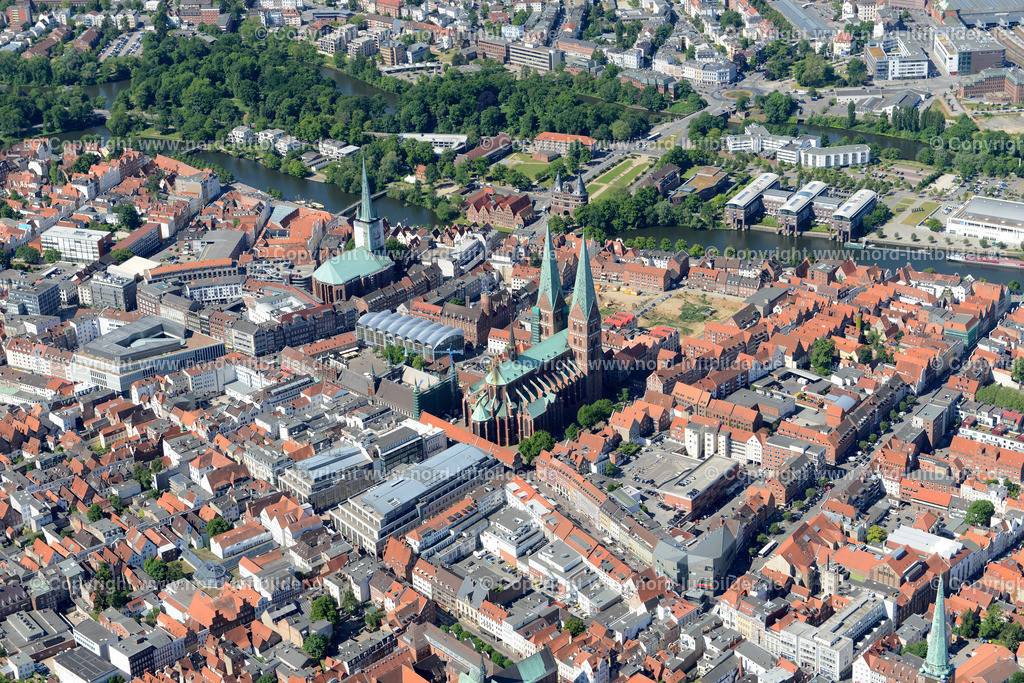 Lübeck_ELS_8386151106 | Lübeck - Aufnahmedatum: 10.06.2015, Aufnahmehoehe: 588 m, Koordinaten: N53°52.398' - E10°42.027', Bildgröße: 6916 x  4616 Pixel - Copyright 2015 by Martin Elsen, Kontakt: Tel.: +49 157 74581206, E-Mail: info@schoenes-foto.de  Schlagwörter;Foto Luftbild,Altstadt,HolstenTor,Kirche,Hanse,Hansestadt,Luftaufnahme,