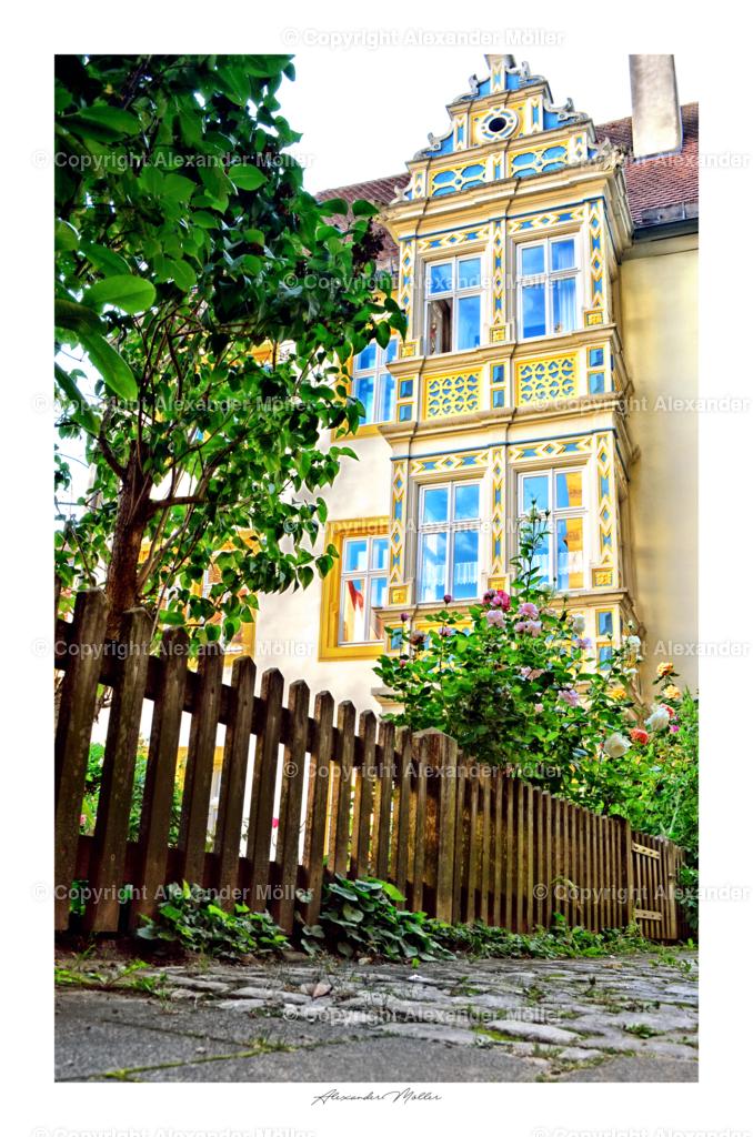 Rothenburg ob der Tauber No.105   Dieses Werk zeigt das Gebäude des Evangelisch-lutherisches Pfarramt der Sankt-Jakobs-Stiftung. Der reich ornamentiertem Erker der Spätrenaissance mit Treppengiebel und Ritterfigur, sowie spätgotischer Einfahrtshalle, entstand in der zweite Hälfte des 16. Jahrhundert.