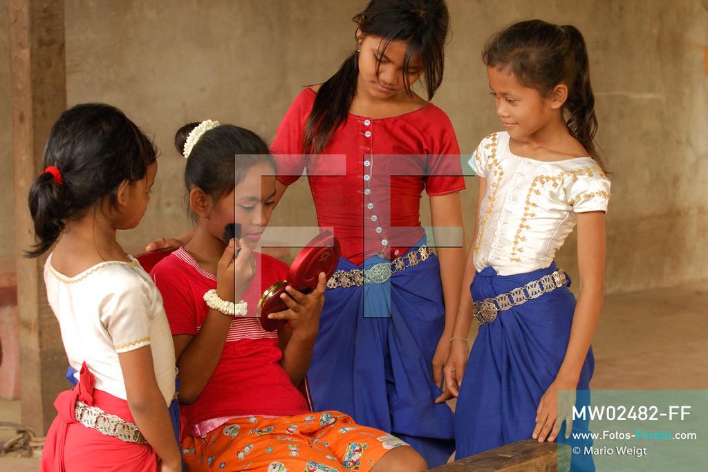 MW02482-FF | Kambodscha | Phnom Penh | Reportage: Apsara-Tanz | Tanzschülerin beim Schminken in einer Tanzschule. Sie lernt den Apsara-Tanz. Sechs Jahre dauert es mindestens, bis der klassische Apsara-Tanz perfekt beherrscht wird. Kambodschas wichtigstes Kulturgut ist der Apsara-Tanz. Im 12. Jahrhundert gerieten schon die Gottkönige beim Tanz der Himmelsnymphen ins Schwärmen. In zahlreichen Steinreliefs wurden die Apsara-Tänzerinnen in der Tempelanlage Angkor Wat verewigt.   ** Feindaten bitte anfragen bei Mario Weigt Photography, info@asia-stories.com **