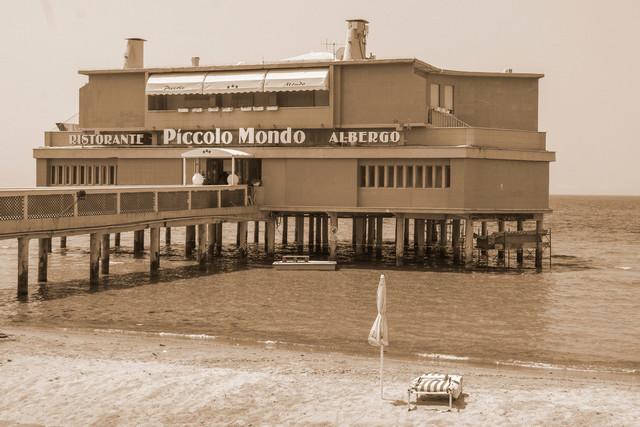 Restaurant im stil der 60er Jahre. Idylisch am Strand der Toscana - Schwarzweiß | Restaurant