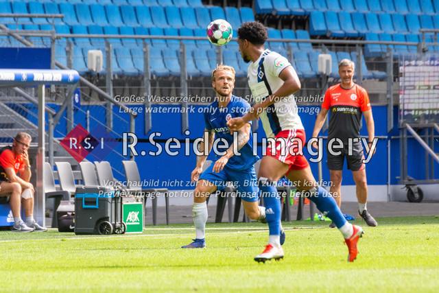 Fußball, Herren, Testspiel, Hamburger SV - FC Hansa Rostock, Volksparkstadion, 09.08.2020 | Nils Butzen (#16 Hansa Rostock), Xavier Amaechi (#17 HSV)