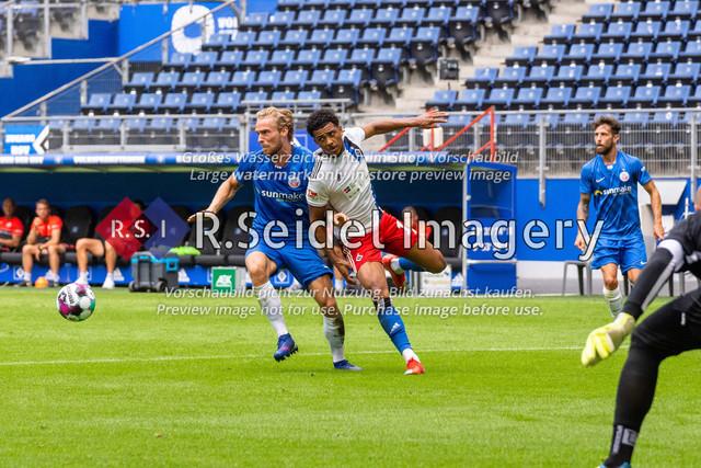 Fußball, Herren, Testspiel, Hamburger SV - FC Hansa Rostock, Volksparkstadion, 09.08.2020   Nils Butzen (#16 Hansa Rostock), Xavier Amaechi (#17 HSV)