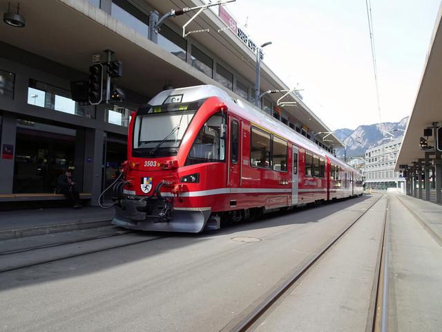 RhB ABe 8/12 3503   Bereitstellung am Bahnhosvorplatz in Chur. Der Allegra fährt in Richtung Arosa.