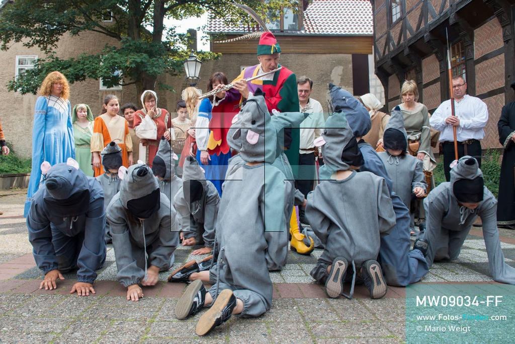 MW09034-FF   Deutschland   Niedersachsen   Hameln   Reportage: Reise entlang der Weser   Von Mitte Mai bis Mitte September findet jeden Sonntag mittags auf der Bühne vor dem Hochzeitshaus auf dem Marktplatz das berühmte Rattenfänger-Freilichtspiel statt. Eine lokale Theatergruppe führt die Legende in etwa 30 Minuten kostenlos auf.  Die Stadt an der Weser ist berühmt für das Märchen