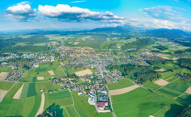 panorama-luftbild-traunstein-stadt-bruno-kapeller-1   Luftaufnahme von Traunstein Stadt, im Herzen des Chiemgaus, Fruehling 2019 mit Wolken. Uebersicht als Panorama.
