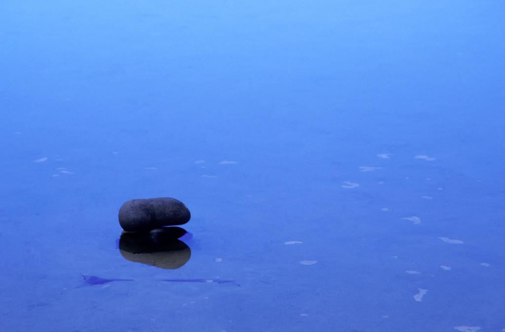 Best. Nr. taichi04   Stein im Blau, Hanakapiei Beach, Kaua'i, Hawai'i