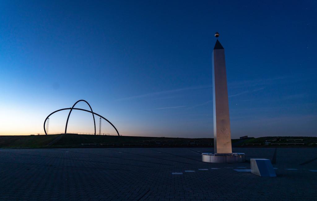 JT-200920 | Abendstimmung auf der Halde Hoheward, größte Bergehalde im Ruhrgebiet, das Horizontobservatorium und der Obelisk der Sonnenuhr, zwischen Herten und Recklinghausen, NRW, Deutschland,