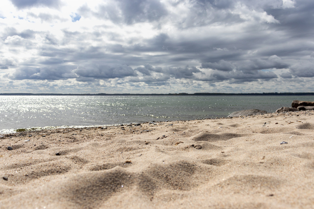 Sandstrand im Sommer   Sonne und Wolken am Sandstrand