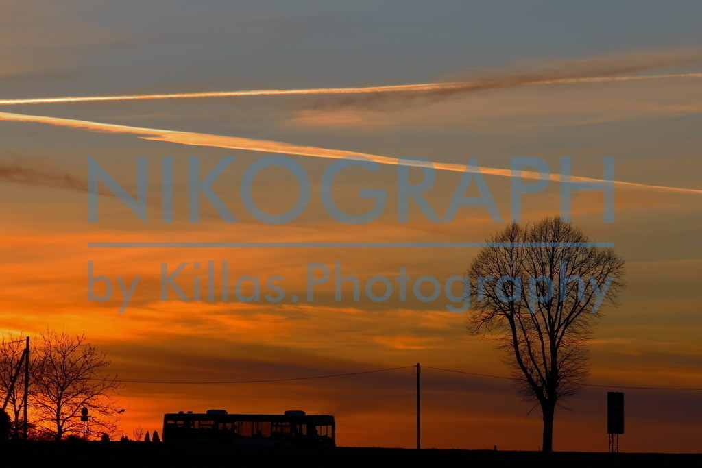 Bussilhouette im Abendhimmel | Ein Bus zeichnet sich vor dem Abendhimmel in Iserlohn ab.