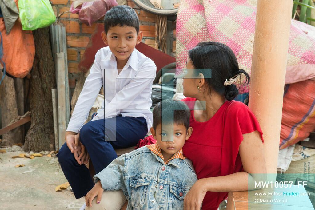 MW10057-FF | Kambodscha | Siem Reap | Reportage: Sombath erkundet Angkor | Sombath mit seiner Mutter Theavy und jüngeren Bruder Toric zu Hause. Der achtjährige Sombath lebt in Kambodscha im Dorf Anjan, sechs Kilometer westlich von Siem Reap entfernt. In seiner Freizeit nimmt ihn manchmal sein Onkel in die berühmte Tempelanlage von Angkor mit. Besonders mag er die riesigen Wurzeln der Kapokbäume, die auf den uralten Mauern wachsen. Seine Lieblingstempel in Angkor sind Ta Prohm, Banteay Kdei und Preah Khan.  ** Feindaten bitte anfragen bei Mario Weigt Photography, info@asia-stories.com **