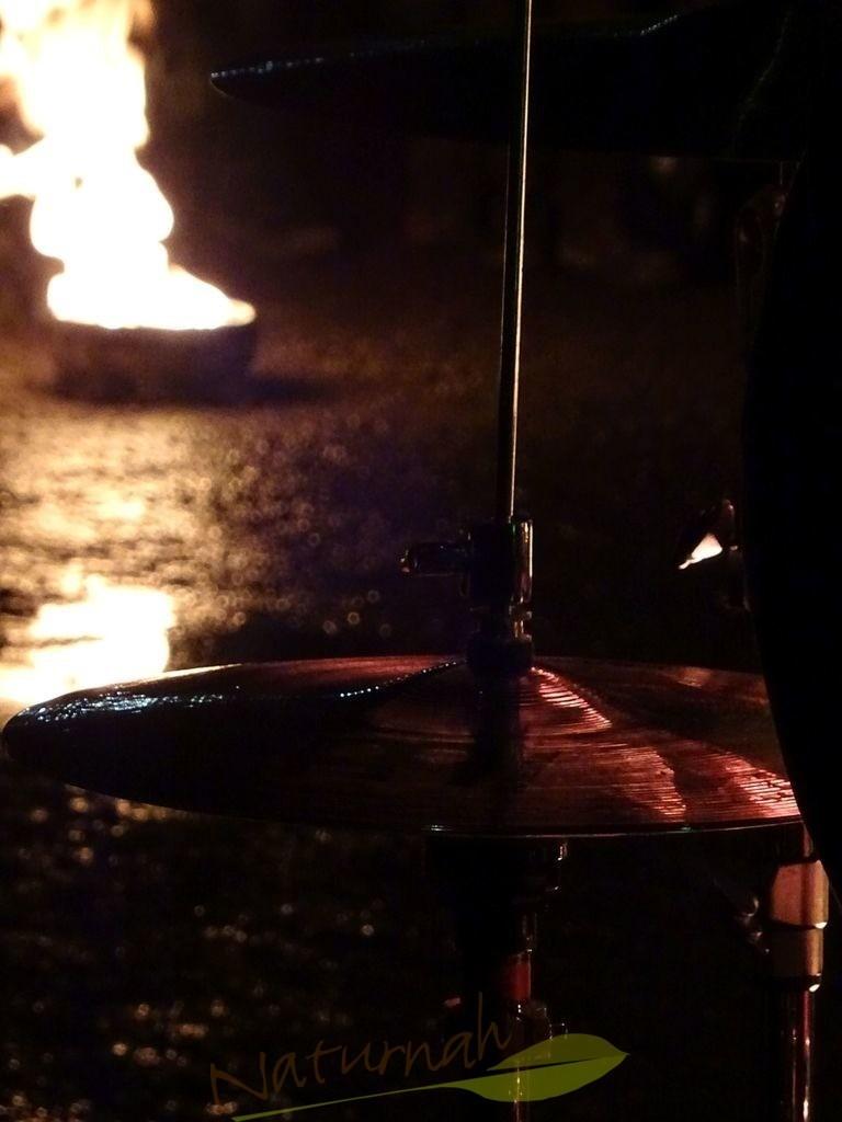 Lightdrummer | Schlagzeug und Feuerschale im szenischen Ausschnitt zaubert ein Gefühl für die Lichtmusik und lässt den Lightdrummer erahnen...