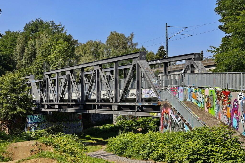Lennebrücke   Fußgänger- und Radfahrerbrücke an der Lenne am Dirt Bike Park Letmathe.