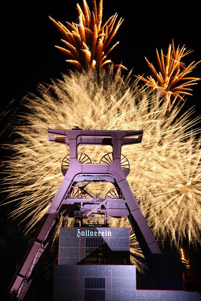 JT-090926-024 | Feuerwerk über dem Doppelbock-Förderturm der Zeche Zollverein, Schacht XII, Weltkulturerbe, beim Zechenfest. Essen, NRW, Deutschland, Europa.