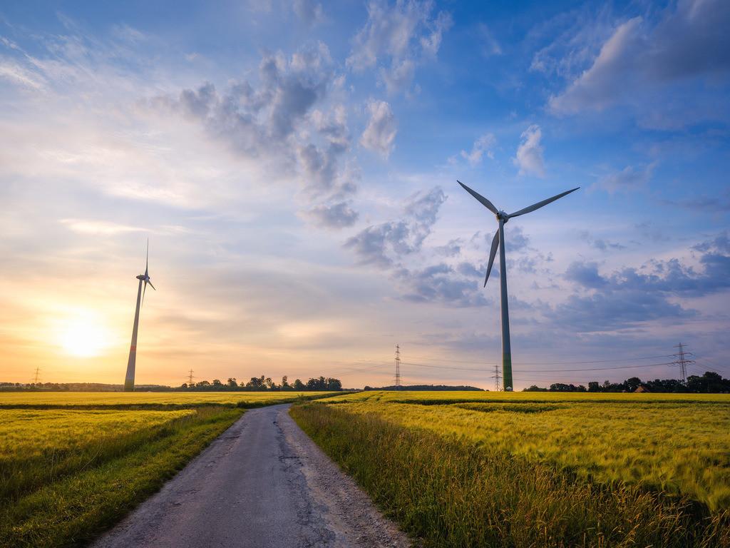 Windräder in Brönninghausen | Windräder auf einem Feld in Brönninghausen an einem Morgen im Juni.