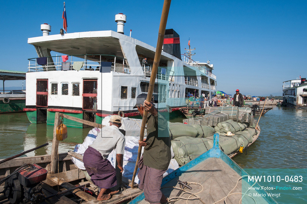 MW1010-0483 | Myanmar | Kachin State | Bhamo | Reportage: Schiffsreise von Bhamo nach Mandalay auf dem Ayeyarwady | Beladen der IWT-Fähre Pyi Gyi Tagon 2 in Bhamo  ** Feindaten bitte anfragen bei Mario Weigt Photography, info@asia-stories.com **