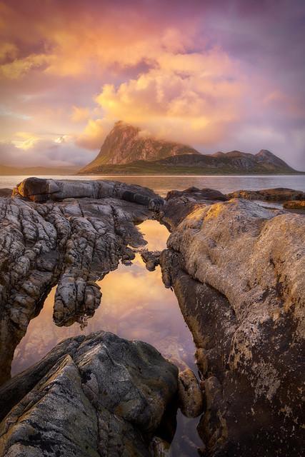 Mittsommernacht | Die Lofoten sind kein Sommer-Sonne-Strand-Ziel. Aus den tief hängenden Wolken regnet es oft und viel. Aber manchmal hat man Glück. Das arktische Licht mit der stundenlang am Horizont sitzenden Sonne ist dann ein Geschenk für alle Landschaftsfotografen.