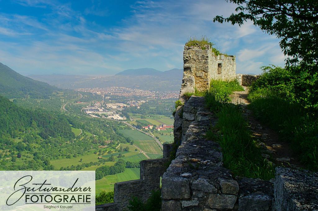 Hohen-Urach - Blick auf die Stadt   Blick von der Burgruine Hohen-Urach auf die Stadt Urach.