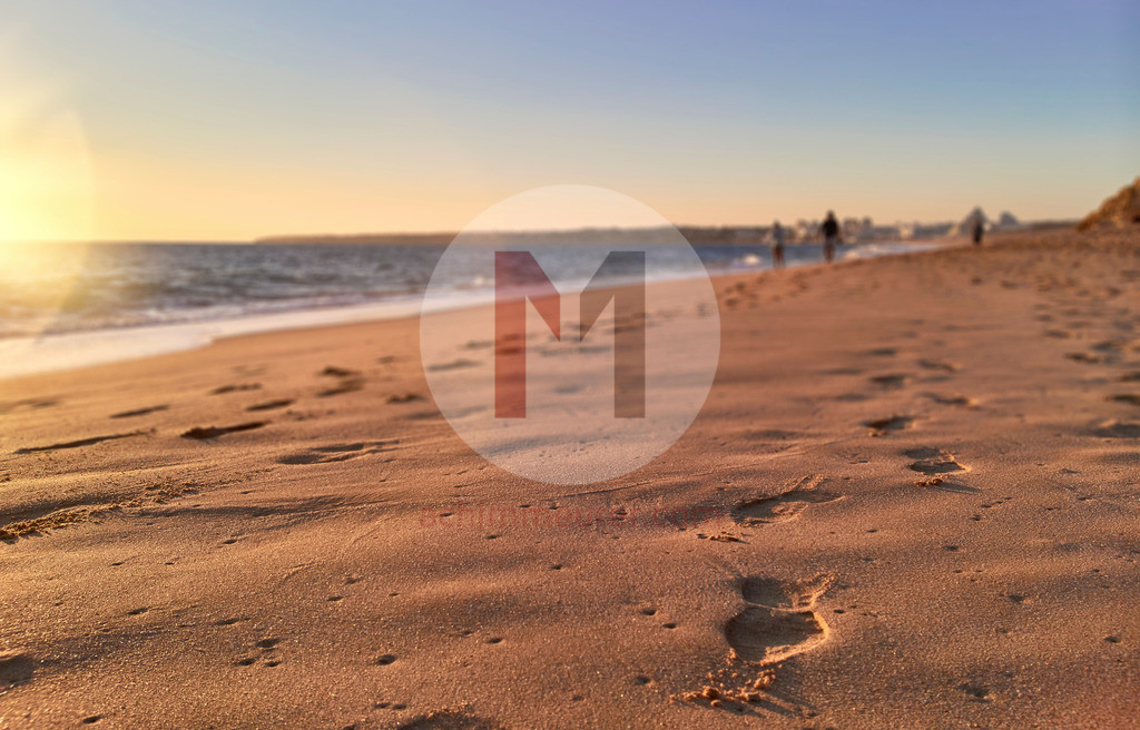 Fußspuren im Sand am Strand in der Nähe von Albufeira, Algarve, Portugal | Shot with DxO ONE