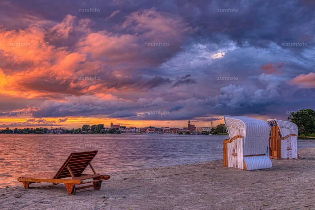 200715_2110-9889_AuroraHDR-edit | Gestern Abend ging es noch Mal fix zum Sonnenuntergang nach draußen.   Von @Maremüritz hat man echt einen tollen Blick auf beide Kirchen und ich denke das wird eine meiner Lieblingsstellen, zum fotografieren.  Es ist wirklich oft so, dass in den letzten paar Minuten die Sonne noch mal kurz raus kommt.   Ich habe mich so oft schon geärgert, wenn ich am Rechner saß, dachte , alles Wolken und dann gab es die tollsten Farben.  Ich denke euch ging es auch schon oft so. Auf alle Fälle kann ich nur sagen, auch wenn es einige Male nicht passt, ist es um so toller wenn dann doch die Sonne raus kommt.   Ich wünsche euch noch einen schönen Tag und tolle Sonnenuntergänge!