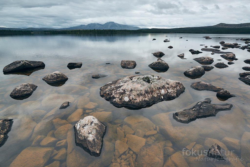Skandinavischer See | Große Gesteinsbrocken in einem skandinavischen See.