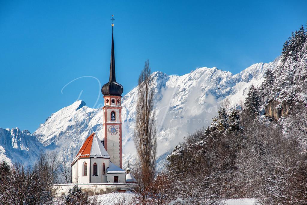 Leiblfing | Die Kirche von Leiblfing mit der Mieminger Kette