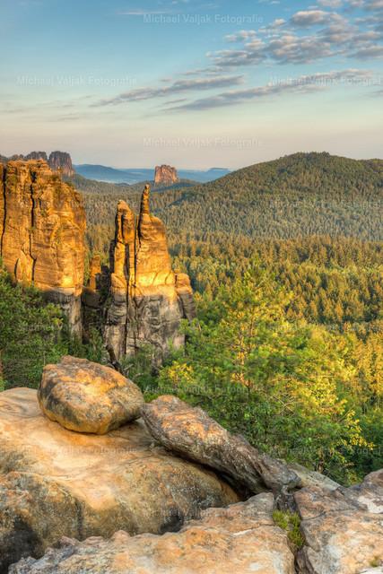 Brosinnadel in der Sächsischen Schweiz | Blick zur Brosinnadel, einem sehr markanten Felsen an der nördlichen Spitze der Affensteine in der Sächsischen Schweiz, angeleuchtet vom warmen Licht der frühen Morgensonne.
