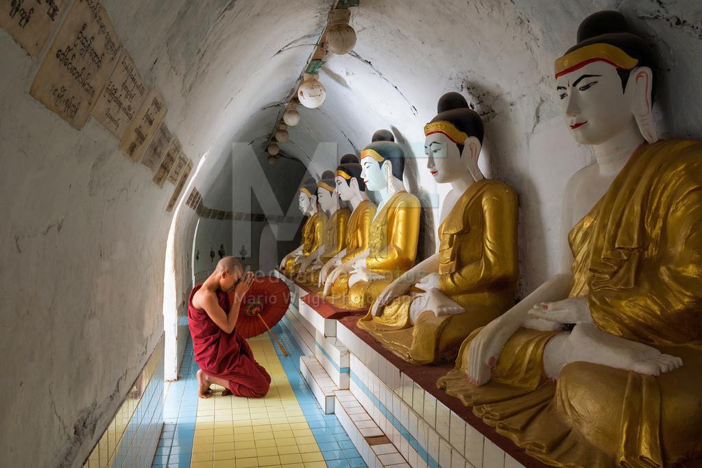 MW0115-5272 | Fotoserie DER ROTE SCHIRM | Betender Mönch in einem buddhistischen Kloster in Bago