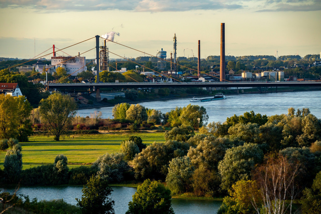 JT-201006   Blick über die Rheinlandschaft bei Duisburg, nach Norden, Rheinbrücke Neuenkamp, Venator Germany Chemiewerks, ehemals Sachtleben Chemie, NRW, Deutschland,