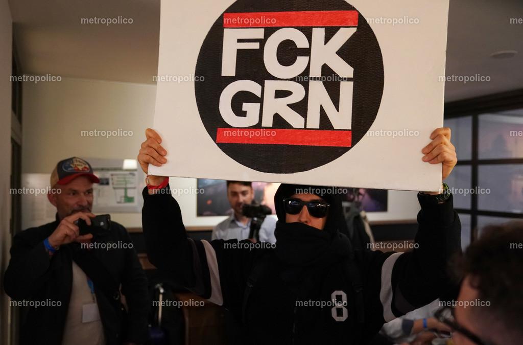Eine Antifa Persiflage eines Teilnehmers der Veranstaltung der freien Medien mit Milo Yiannopoulo
