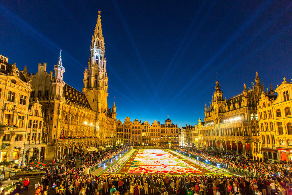 JT-160812-072 | Blumenteppich auf dem Grand Place in Brüssel, Belgien, über 600000 Blumen, meist Begonien und Dahlien, auf einer Fläche von 1800 Quadratmetern, durch über 100 Freiwillige ausgelegt, japanisches Motiv,