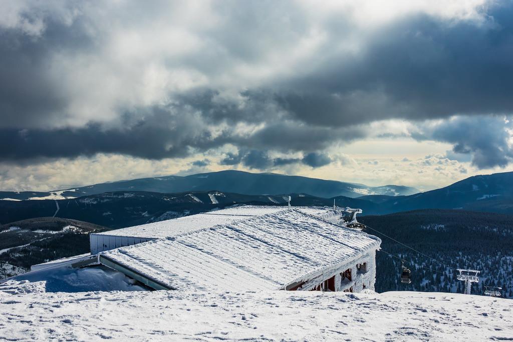 Gebäude auf der Schneekoppe im Riesengebirge in Tschechien | Gebäude auf der Schneekoppe im Riesengebirge in Tschechien.