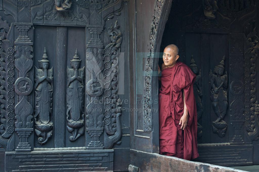 MW0115-7555 | Mönch in einem Holzkloster in Mandalay