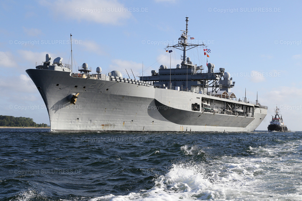 Die USS Mount Whitney in Kiel | 20.06.2014, die USS Mount Whitney (LCC-20), ein Kommandoschiff für die amphibische Kriegsführung der United States Navy und das zweite Schiff der Blue-Ridge-Klasse. Sie ist nach dem Mount Whitney benannt und dient seit 1971 in der US-Marine, seit 2004 gehört das Schiff zum Military Sealift Command. Es ist in Gaeta, Italien, stationiert und dient als Flaggschiff des Kommandeurs der 6. US-Flotte. Das Schiff beim Einlaufen nach Kiel, während des NATO Manövers BALTOPS.