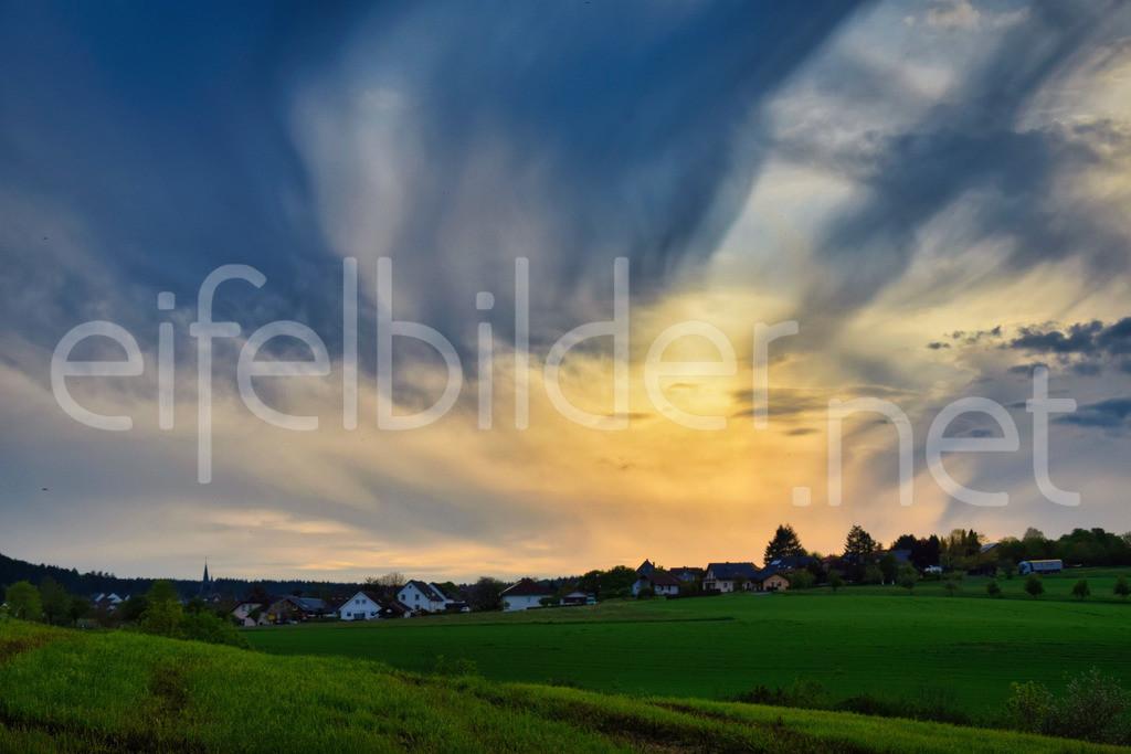 Abendlicht in Bettenfeld | schöner Sonnenuntergang über dem Eifeldorf Bettenfeld bei Manderscheid in der Eifel (Vulkaneifel)