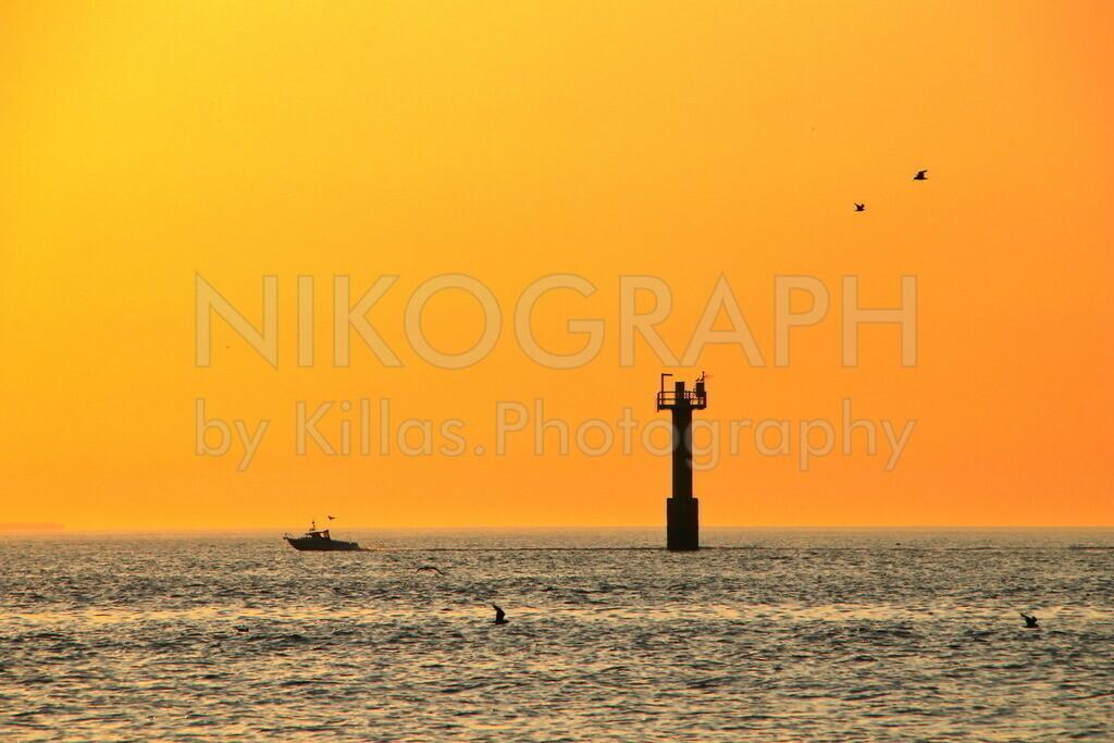 Abendhimmel über der Nordsee   Der Abendhimmel über der Nordsee bei Texel. Die Silhouette eines Bootes zeichnet sich am Horizont über dem Wasser ab.