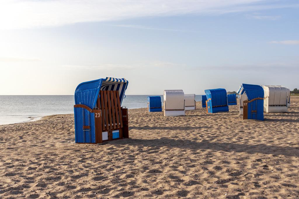 Strand in Weidefeld   Strandkörbe am Strand in Weidefeld