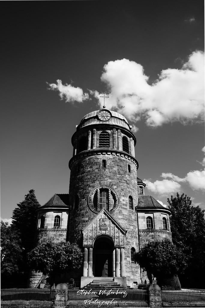 Pfarrkirche St.Sebastian Rockenhausen   Die katholische Pfarrkirche St.Sebastian Rockenhausen in einer Hochkontrast-Schwarzweiss-Aufnahme HCSW