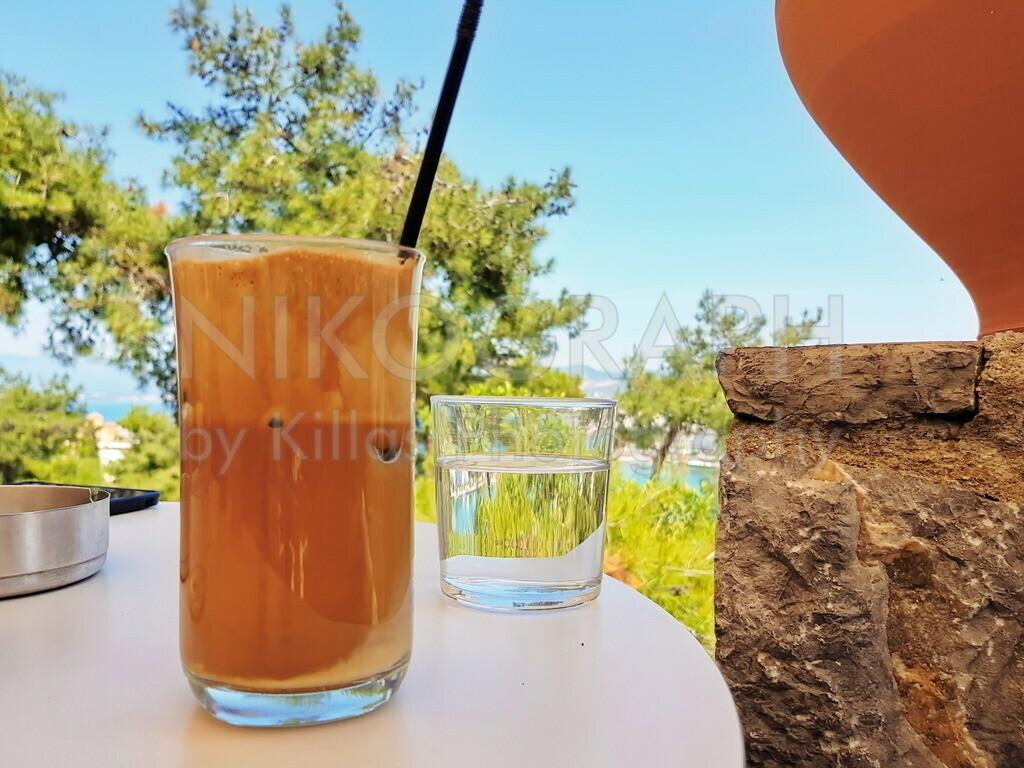 Frappe und Wasser | Frappe und Wasser in einem griechsichen Cafe in Chalkida auf der griechischen Insel Euböa.
