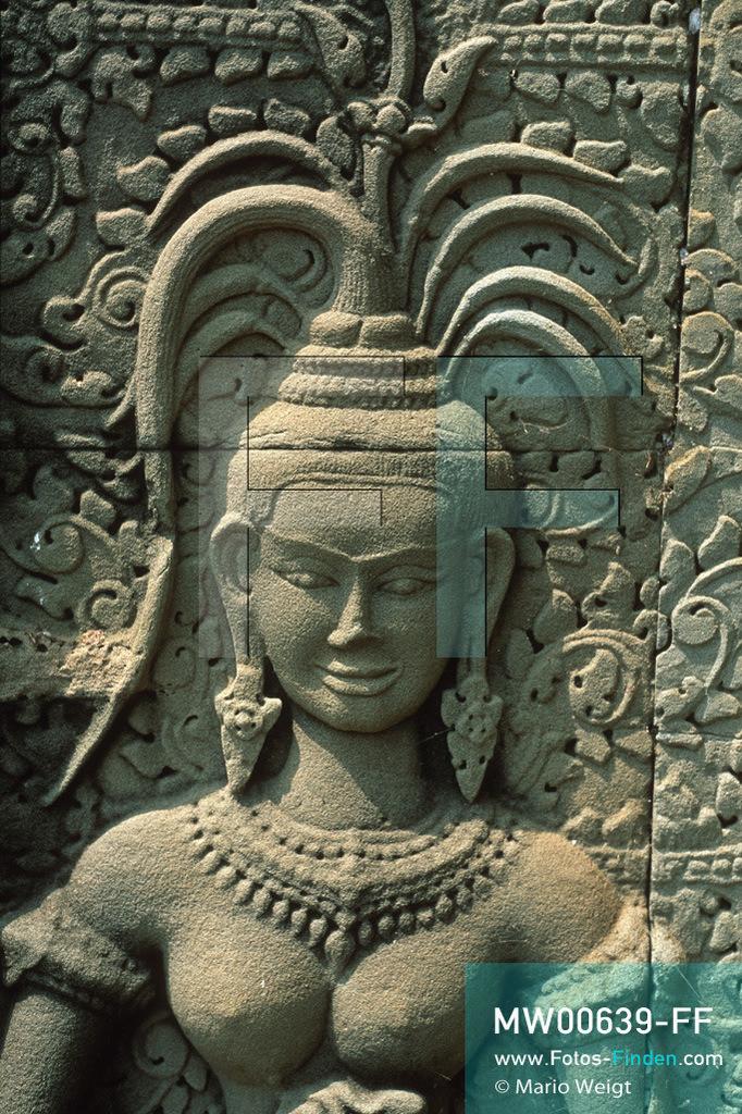 MW00639-FF | Kambodscha | Siem Reap | Reportage: Apsara-Tanz | Apsara-Tänzerin aus Stein im Angkor Wat. Kambodschas wichtigstes Kulturgut ist der Apsara-Tanz. Im 12. Jahrhundert gerieten schon die Gottkönige beim Tanz der Himmelsnymphen ins Schwärmen. In zahlreichen Steinreliefs wurden die Apsara-Tänzerinnen in der Tempelanlage Angkor Wat verewigt.   ** Feindaten bitte anfragen bei Mario Weigt Photography, info@asia-stories.com **