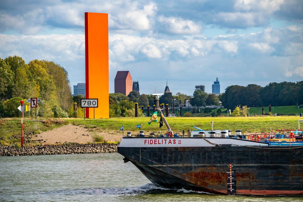 JT-201004 | Die Skulptur Rheinorange an der Mündung der Ruhr in den Rhein, Skyline der Innenstadt von Duisburg, Turm des NRW Landesarchiv, Rathausturm und Salvatorkirche,  NRW, Deutschland