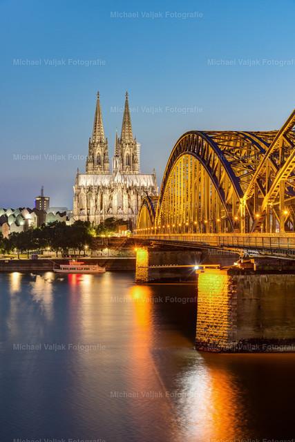 Kölner Dom und Hohenzollernbrücke   Der Klassiker aus Köln - Blick entlang der Hohenzollernbrücke zum Kölner Dom am Abend kurz nach Einschalten der Beleuchtung.