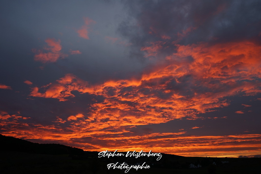 Sunset Schmitterhof | Sagenhafter Sonnenuntergang mit von unten beleuchteten feuerroten Wolken beim Schmitterhof/Lohnsfeld