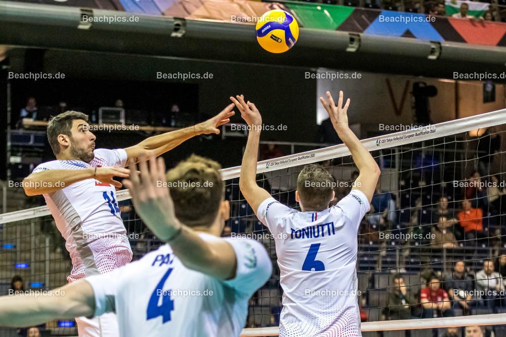 2020-00057106-CEV-European-Olympic-Qualification-Tokyo-2020   Zuspiel TONIUTTI Benjamin #6 (Setter - FRA) zu LE GOFF Nicolas (Middle blocker - FRA) mit PATRY Jean #4 (Opposite - FRA); 06.01.2020; Berlin, ; Foto: Gerold Rebsch - www.beachpics.de