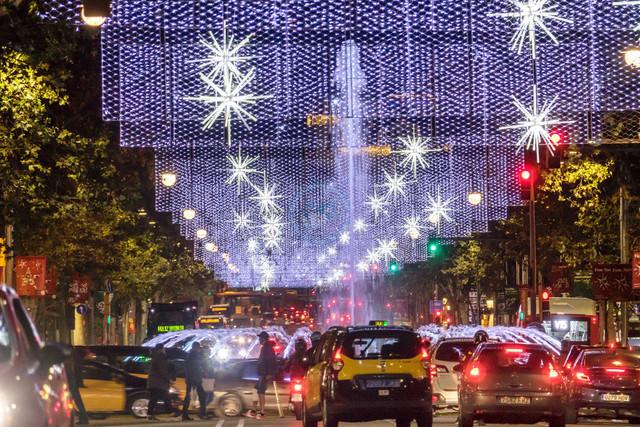 Nächtlicher Strassenverkehr und Weihnachtsbeleuchtung auf der Avinguda Diagonal   ESP, Spanien, Barcelona, 18.12.2017, Nächtlicher Strassenverkehr und Weihnachtsbeleuchtung auf der Avinguda Diagonal [2018 Jahr Christoph Hermann]